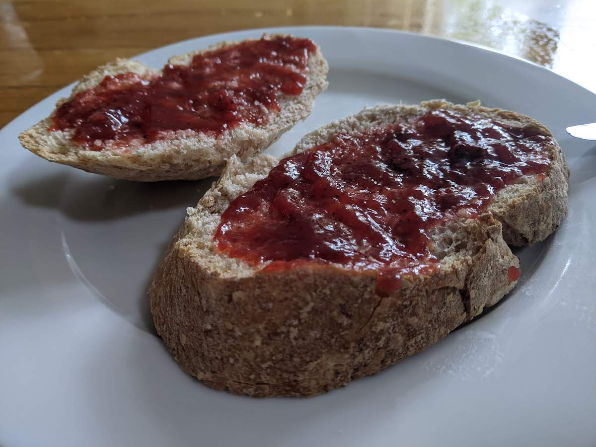 Gebakken brood met jam