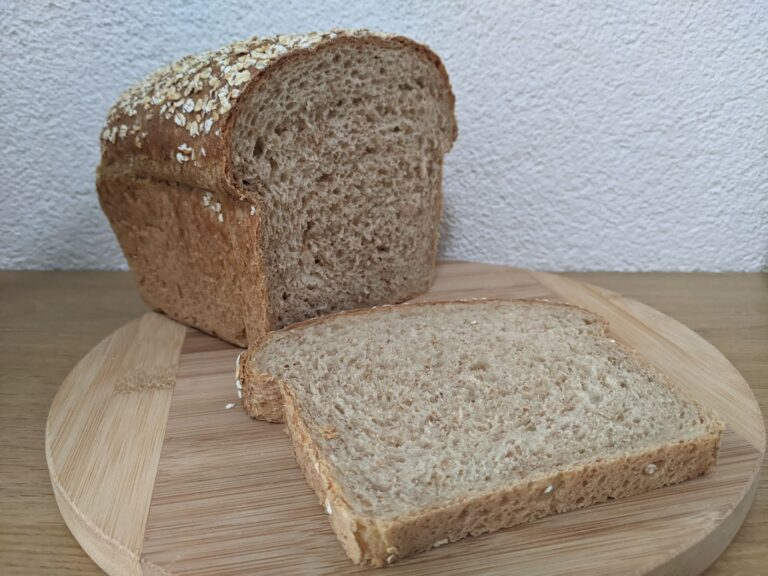 Bruinbrood met havermout decoratie