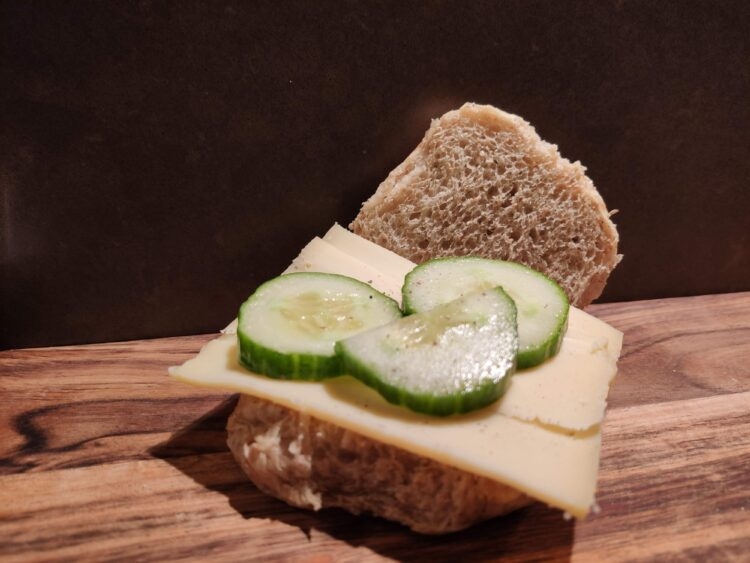 Bruine bol met kaas, komkommer en peper