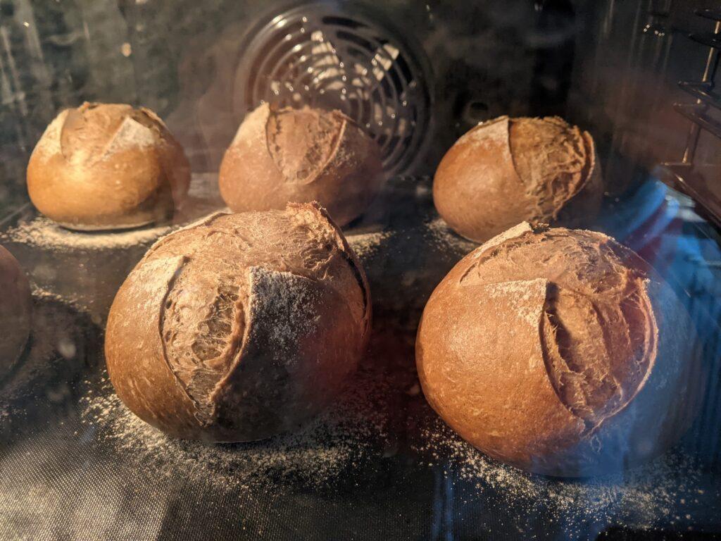 Crusty cross rolls, met donker gerstemoutmeel