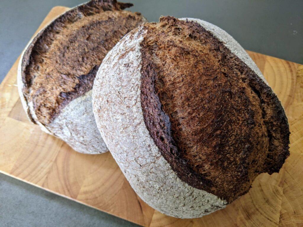Wanneer is brood gaar? Een gaar brood dat net uit de oven komt.