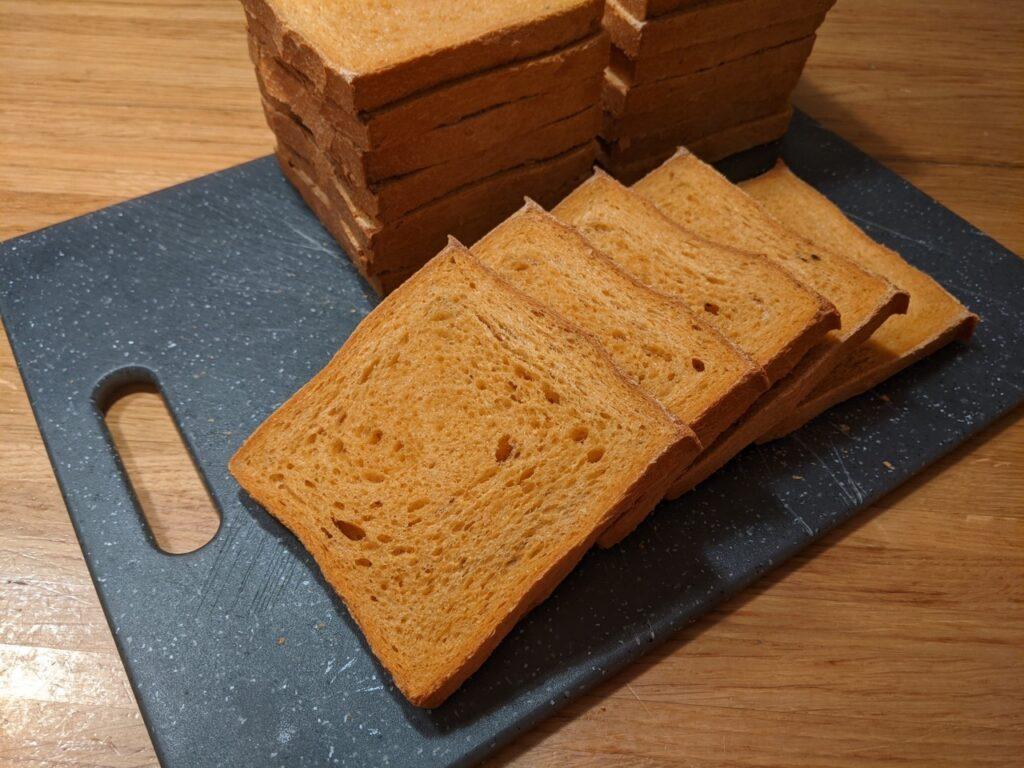 Tostibrood met gerookte paprikapoeder en peper - Het gesneden brood