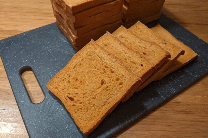 Wit tosti brood met gerookte paprikapoeder en vier seizoenen peper